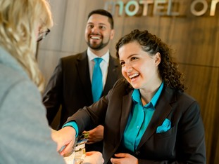 Praxis im Motel One: duale Studentin am Front Office