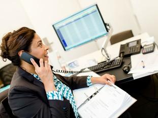 Assistant Manager prüfen unter anderem Rechnungen und verbuchen diese