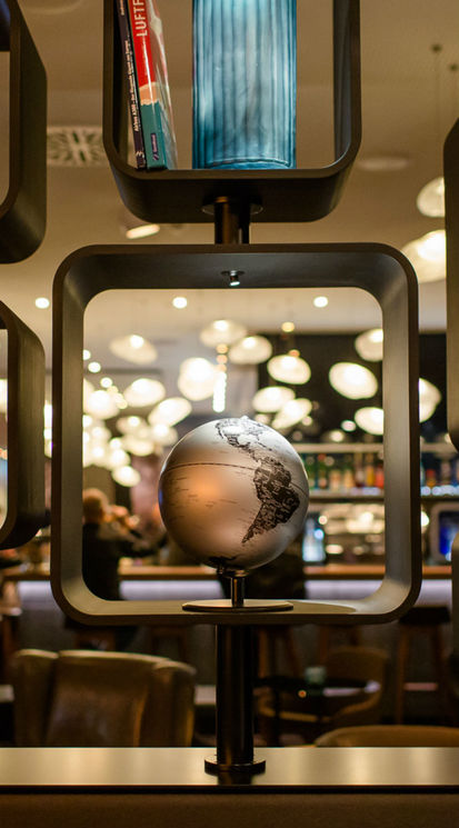 [Translate to English:] Globus in der One Lounge Motel One Frankfurt-Airport